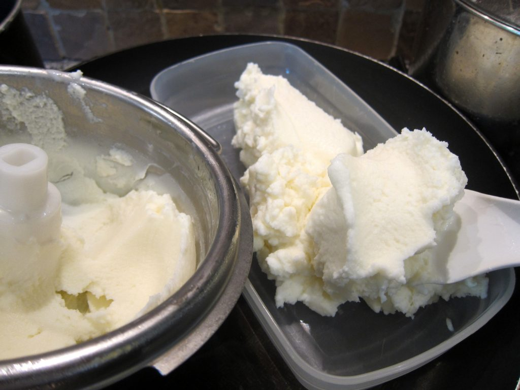 Freshly churned, the Fior di latte ice cream displays a light and pleasant consistency